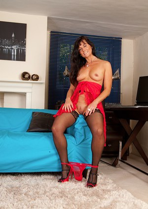 Hoy mature brunette Lelani Tizzie is glad to demonstrate her ass