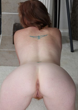 Ginger-head milf babe Jayme Lou shakes her butt cheeks professionally