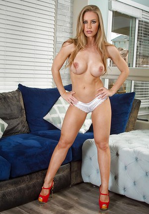 Amateur long-haired babe Nicole Aniston removes her blue shorts