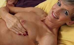 Mature vixen Melanie pushes fingers forward into her coochie