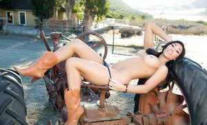 Asian babe in sexy boots Aja Marie kicks off outdoor posing show