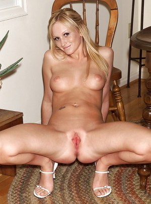 With a confident smile amateur Starr takes on an enormous dildo