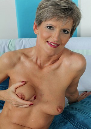 Mature woman Melanie shows off her hot older body in new photo set
