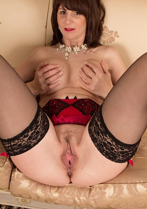 European mature woman Toni Lace plays with her hungry pink taco