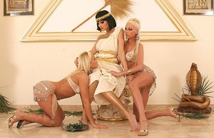 Stunning lesbo threesome with Alexys, Sandra Shine and Stella Stevens