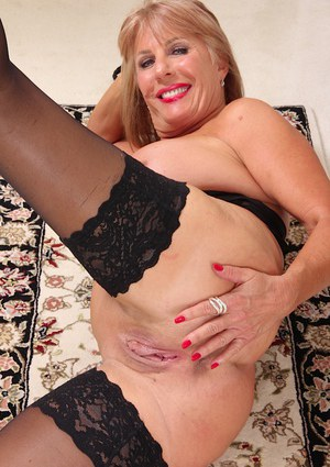 Aged dame Rae Hart baring her big floppy breasts and spread pink twat