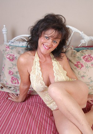 Experienced seductress Debella enjoys filling her hungry mature pussy