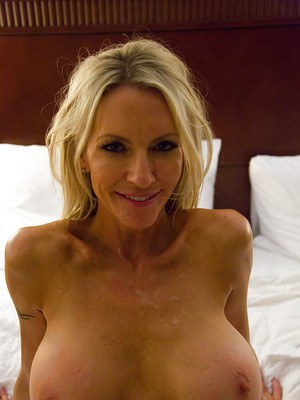Tasty mature slut Emma Starr has a bang as an amateur GF in a hotel
