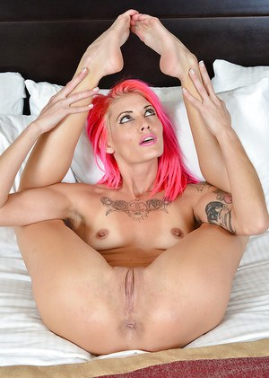 Pink haired skinny chick Staci Simpson spreads shaved vagina
