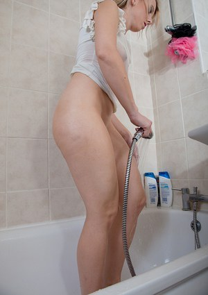 Shower time with Evey Kristal and her phat boot is masturbation time