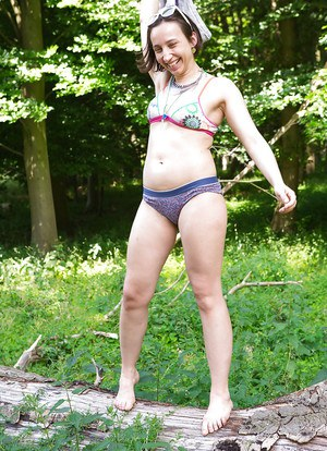 Amateur housewife Remie earns extra cash by modelling nude outdoors