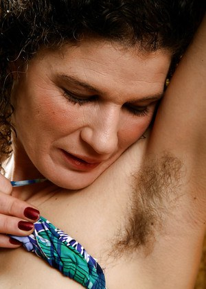 All natural chick Sunshine bares hairy armpits and small boobs