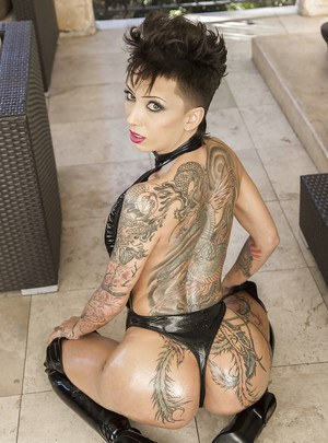 Bella Bellz shows off her big booty best in thigh high latex boots