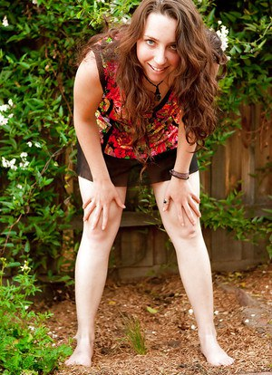Young amateur girl Evette pulling down her white panties outdoors