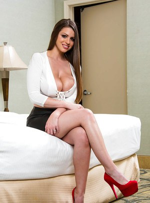 Natural big tit MILF Brooklyn Chase giving her clit some pleasure