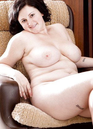 Chubby mature amateur Zilly playing with her cunt and spreading it