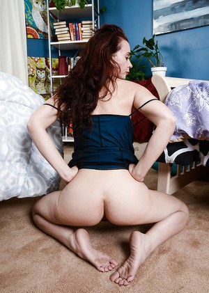Hairy Mature slut Sable Renae spreading her cunt and posing naked