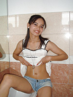 Sexy Thai teen shows off young girl body after getting nude in bathroom