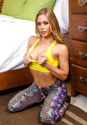 Curvy pornstar Nicole Aniston peels off sports bra and yoga pants
