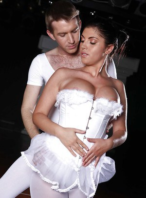 Pantyhose clad ballet dancer Bijou gives the leading man a blowjob on stage