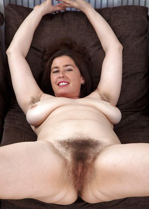 Mature woman Janey hasn't shaved hairy cunt in a year or more
