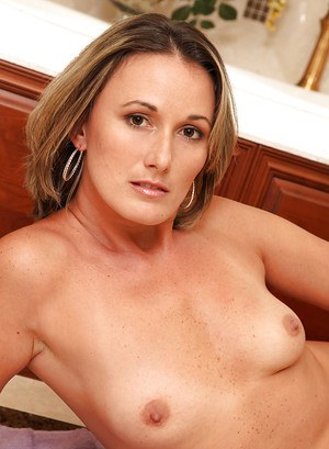 Over 30 mom Misty Law spreading vagina after taking relaxing bath