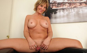 Mature lady Skyler Haven bares her nice older woman ass for close ups