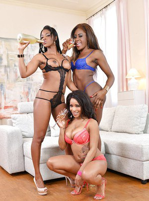 Black all girl threesome with Jasmine Webb, Kiki Minaj and Maria Ryder