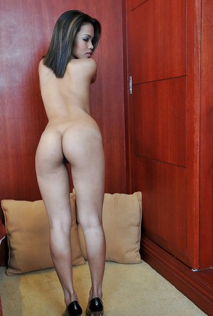 Young Asian amateur Chelle exposing pussy for nice close ups