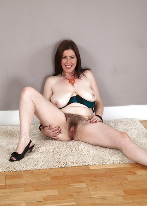 Hairy armpits and pussy is what mature lady Janey has to offer