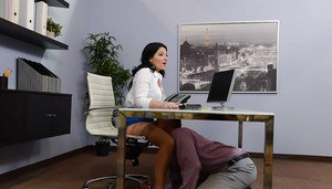 Brunette secretary Casey Cumz receives cunnilingus under desk at work