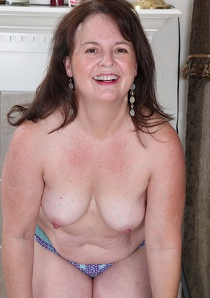 Aged lady Felicia McDonald posing chubby mature body in nude