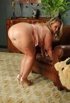 Chubby mom Dee Siren whips out the biggest sex toy ever seen