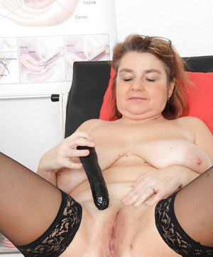 Large boobed mature woman Drahuse using speculum and vibrator on aged pussy