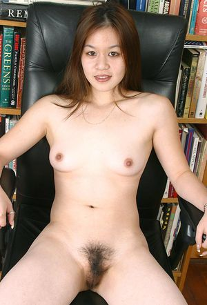 Petite Asian first timer Jasmine stripping naked for nude modelling debut