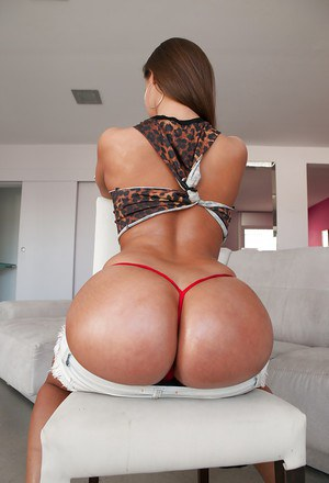 Big booty Latina hottie Amirah Adara twerking in thong underwear