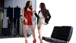 Leggy lesbians Kirsten Price and Madi Meadows undress for tribbing session