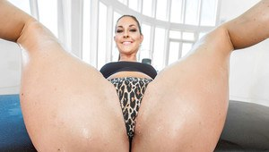 Top voted solo babe Brittany Shae shoving phat ass right in your face