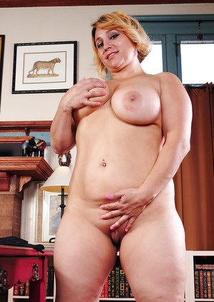 Short haired BBW Jewels baring big fat ass and shaved pussy
