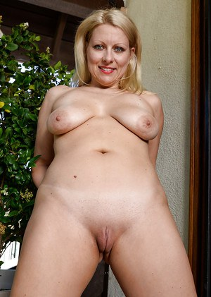 Older blonde dame Zoey Taylor stretching shaved pussy to maximum