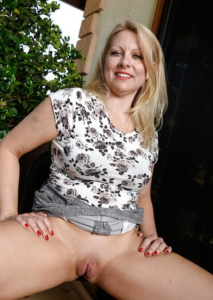 Older blonde broad Zoey Taylor stretching mature pussy wide for close ups