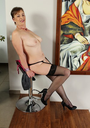 Chubby older lady Sandra Green and her large hangers pose for nude pics