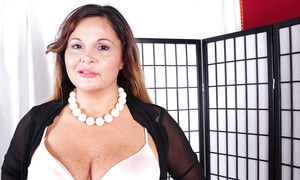 Chunky older lady Stephanie takes it all off for nude firs ttimer photos