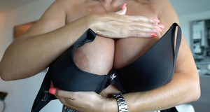 Chesty mature wife Sandra Otterson baring her nice older woman melons