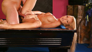 Hot blonde MILF Vanessa Gold giving and receiving oral sex favours