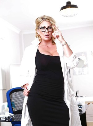 Older blonde MILF Leigh Darby flashing upskirt leg and nylons