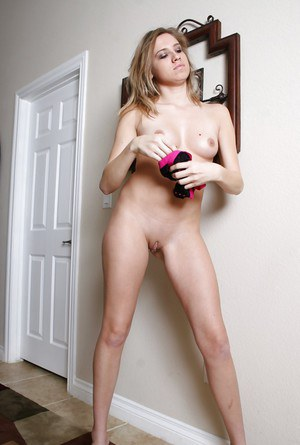 Fit solo babe Amanda Payton removing lingerie for close ups of shaved cunt