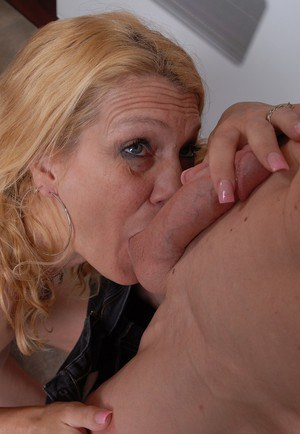 Aged blonde housewife Lori takes a face-full of jism from hubby in kitchen
