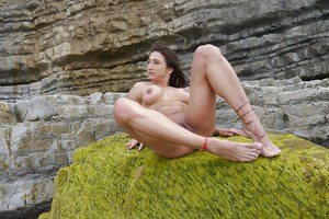 Beach babe Karyn flashing shaved pussy and bodybuilder physique outdoors