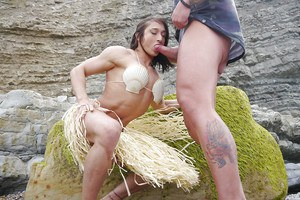 Toned bodybuilder Karyn and muscular stud hookup for unusual 69 sex